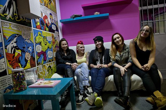 Csak csajok: a Wonderlandben Móni, Viki, Lili, Szandra és Orsi tetovál