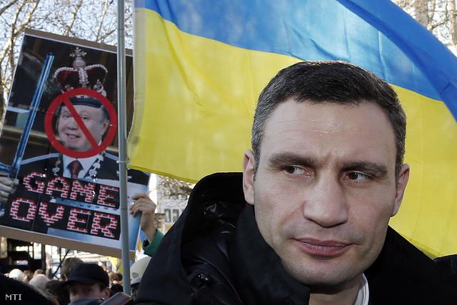 Vitalij Klicsko az Ütés (Udar) nevű ukrán ellenzéki párt vezetője csatlakozik egy ukrán kormányellenes tüntetéshez az 50. müncheni biztonságpolitikai konferencia idején 2014. február 1-jén.