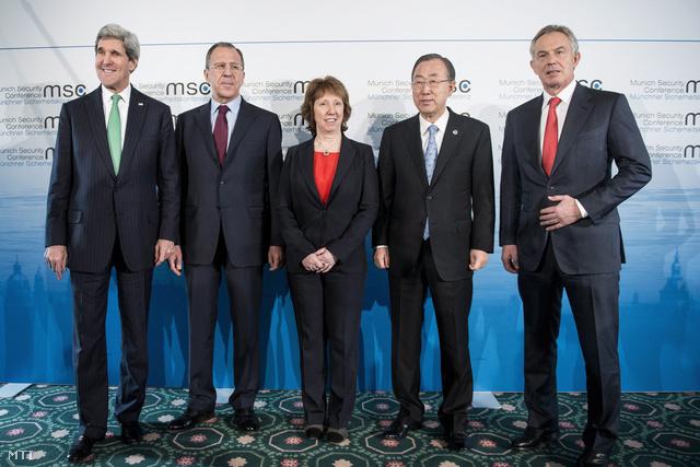 John Kerry (b) amerikai, Szergej Lavrov orosz külügyminiszter, Catherine Ashton az Európai Unió kül- és biztonságpolitikai főmegbízottja, Ban Ki Mun ENSZ-főtitkár és Tony Blair volt brit miniszterelnök az 50. müncheni biztonságpolitikai konferencián 2014. február 1-jén.
