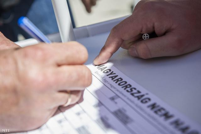 Egy szimpatizáns aláírja a rezsicsökkentés támogatása érdekében kihelyezett aláírásgyűjtő ívet a hódmezővásárhelyi Kossuth téren 2013. április 11-én.