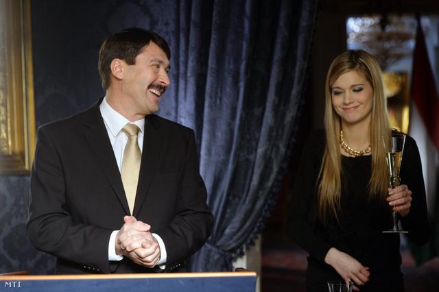 Áder János köztársasági elnök és Weisz Fanni hallási fogyatékkal élő fotómodell, esélyegyenlőségi aktivista jeltolmács az államfő újévi köszöntőjének televíziós felvételén a Sándor-palotában 2013. december 30-án.