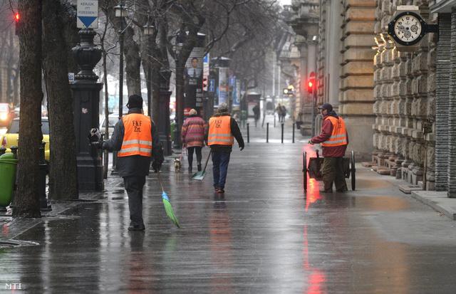 Az FKF síkosságmentesíti az Andrássy út járdáját. Több megyében és a fővárosban is mérsékelték az ónos eső miatt kiadott riasztásokat de hat nyugati megyében továbbra is a legmagasabb piros fokozat van érvényben.
