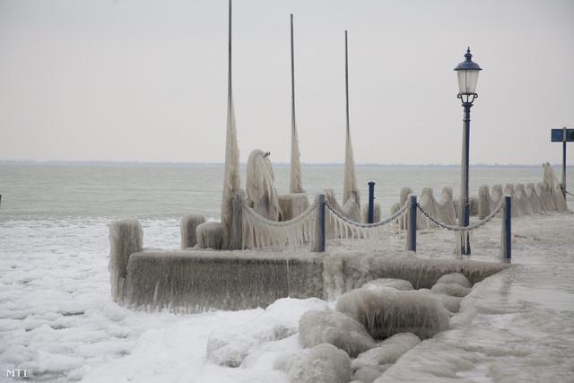 Az elmúlt napokban fújó viharos erejű szél és a hideg miatt vastag jégpáncél borítja a balatongyöröki mólót. Elzárt utak, késő vonatok. Budapest felszabadult. Küldjenek nekünk képeket a jéghelyzetről a kep@mail.index.hu címre!