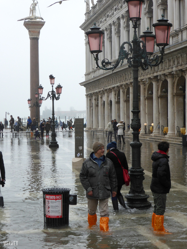 Ilyen műanyag zacskóra emlékeztető, vékony, de egy ideig vízhatlan lábszárvédőt minden sarkon lehet most venni Velencében, általában 15 euróért (kb. 4500 Ft)