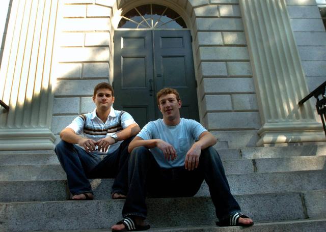 Mark Zuckerberg (jobbra) és Dustin Moscovitz, a Facebook társalapítói a Harvard Egyetemen. Alma materükön hozták létre A Közösségi Portált.