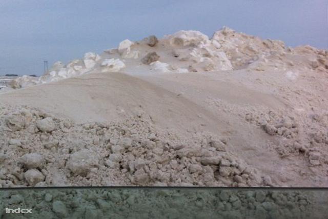 Kilátás a busz ablakából: több méteres hófal