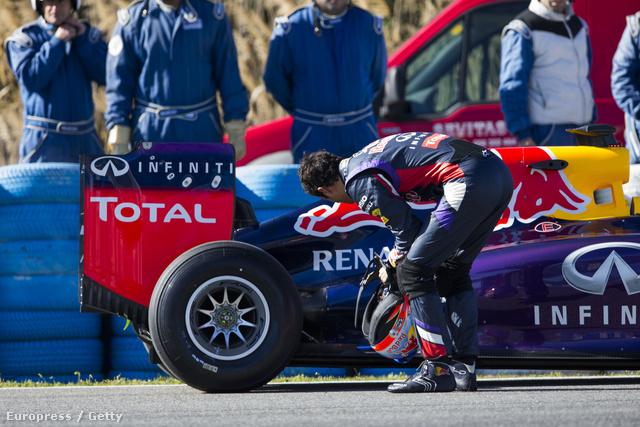 Daniel Ricciardo a lerobbant Red Bullal