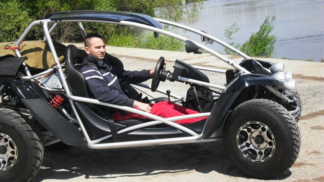 Ez a buggy nem az ő munkája, de ő szabta magára, azaz építette át úgy, hogy el tudja vezetni