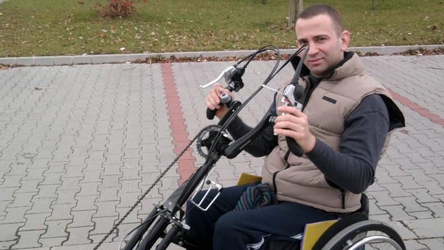 György egy hand-bike-ban, ami a családi kikapcsolódás fontos eszköze. Azt mondja, feleségével könnyen tartja így a tempót