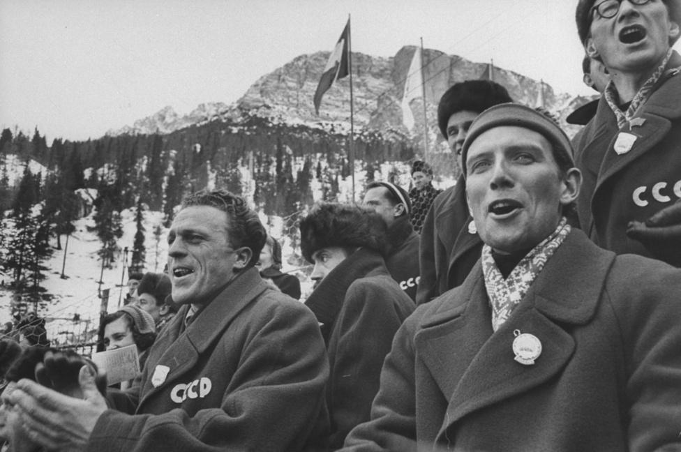 Szovjetunió 1956-ben debütált a téli olimpiákon, és ha már ott voltak Cortina d'Ampezzóban halálra nyerték magukat. Minden más országnál több érmet szereztek, és még olyan szerencséjük is volt, hogy egy számban két aranyat kaptak. A 1500 méteres gyorskorcsolyázásnak Jevgenyij Grisin és Jurij Mihajlov is úgy vágott neki, hogy nem sokkal korában világcsúcsot futott a távon. Grisin futamában megjavított Mihajlov idejét, de csak nagyon rövid ideig volt egyedüli csúcstartó. A következő párban futva, Mihajlov is éppen 2:08.6-ot ment. Ezzel az idővel természetesen nyertek is.