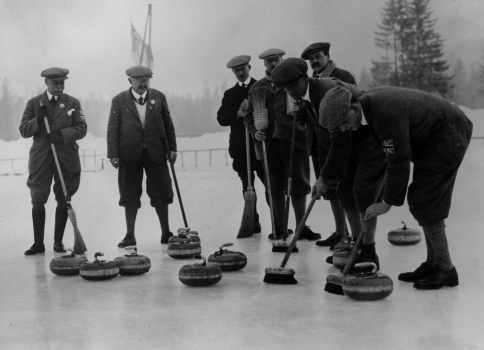 A curlinget Skóciában találtak ki még a középkorban, a hagyományok erősek voltak, nem véletlen, hogy 1924-ben Nagy-Britannia csapata nyerte az első olimpiai bajnokságot. Összesen csak négy csapat indult, a második a svédek, a harmadikok a franciák lettek. A britek bajnoki címét sokáig kétségbe vonták, a sporttörténészek közül többen úgy vélték, csak bemutató sportág volt a curling. 2006-ban azonban a NOB minden kétséget eloszlatott, hivatalos bajnoknak ismerte el a briteket.