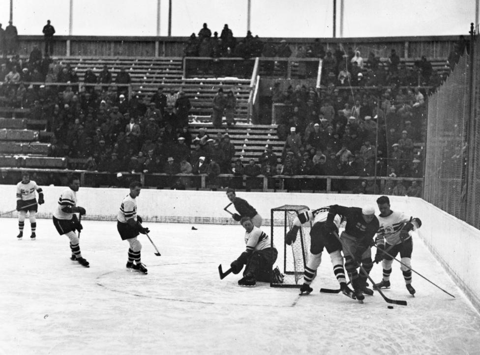 Nagy-Britannia 1936-ben egyetlen aranyérmet nyert, de sikerük nagyjából olyan csodaszámba ment, mint a magyar kardozókat megverni a korai olimpiákon. A britek a döntőben az előző három olimpiát nyerő Kanadát verték meg. A győztes gólt Edgar Brenchley az utolsó másfél percben ütötte. A képen még a svéd csapattal küzd a brit.