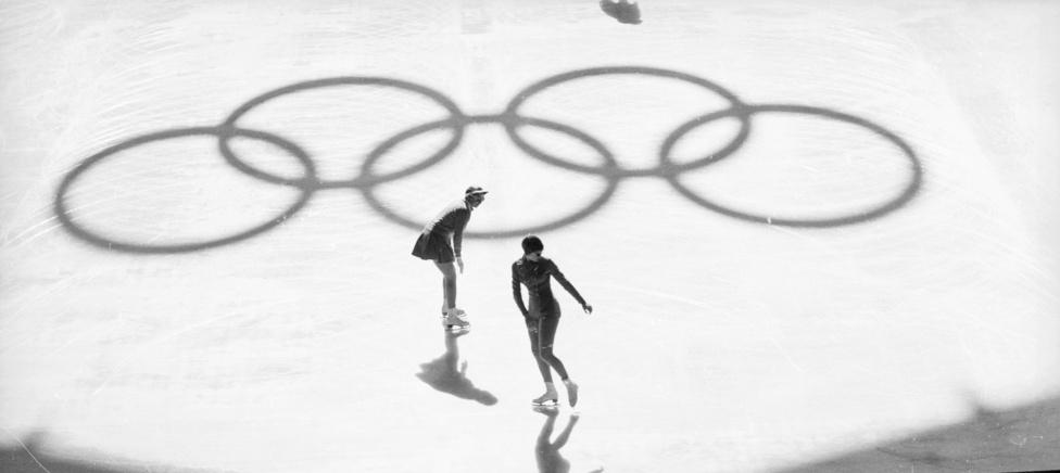 Az 1960-as Squaw Valley-i olimpia elég bátor vállalkozás volt, egy szinte ismeretlen, minimális infrastruktúrával bíró síterepet kellett elfogadtatni színhelyként. A pályázatnál ebből próbáltak előnyt kovácsolni, a kaliforniai táj érintetlenségével reklámozták magukat a szervezők. Ez be is jött, de a költségkímélő módszernek hátránya is volt, elmaradtak a bobversenyek, mert nem húzták fel a kevés nevező miatt a pályát.