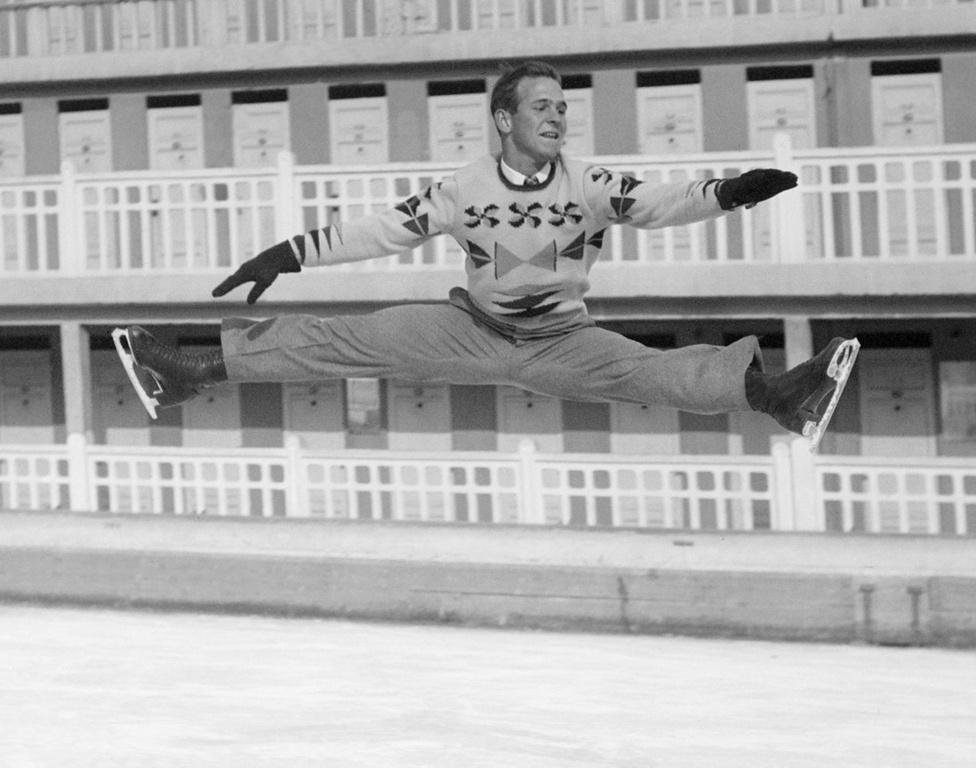 Az amerikai Dick Button neve fogalommá vált a műkorcsolyázók körébe, mindenki, így a magyarok is őt istenítették, az ő trükkjeit próbálták meg ellesni. 1948-ban és 1952-ben is olimpiai bajnok lett, de ő volt az, aki először ugrott dupla axelt és tripla loopot.
