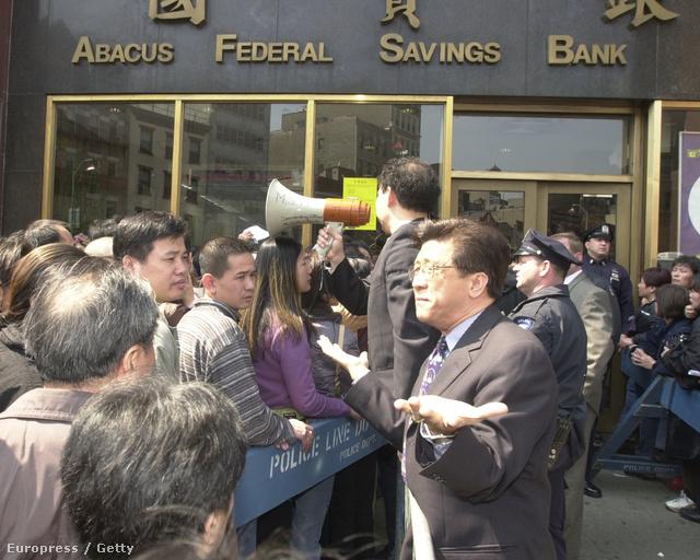 2003-ban egy pletyka miatt rohanták meg az Abacus Bankot