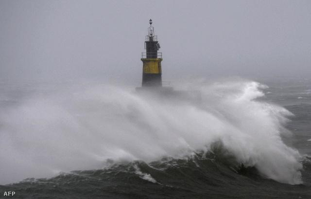 Méteres hullámok csapnak át egy világítótorony felett a spanyol partoknál