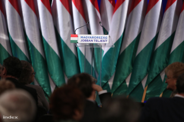 Üres mikrofonállvány a Fidesz 2013-as évértékelőjén