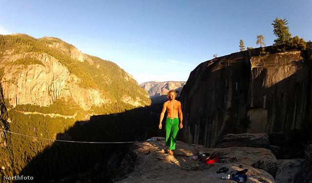 Mich Kemeter kb. 250 méter magasban két szikla között