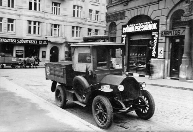 A Csonka cég tulajdonában lévő teherautó a műhellyel szembeni téren, a Hadik kávéház előtt az 1930-as években