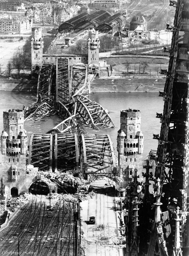 Egy másik szemszög: a berlini Hohenzollern-híd maradványai a bombázások után.