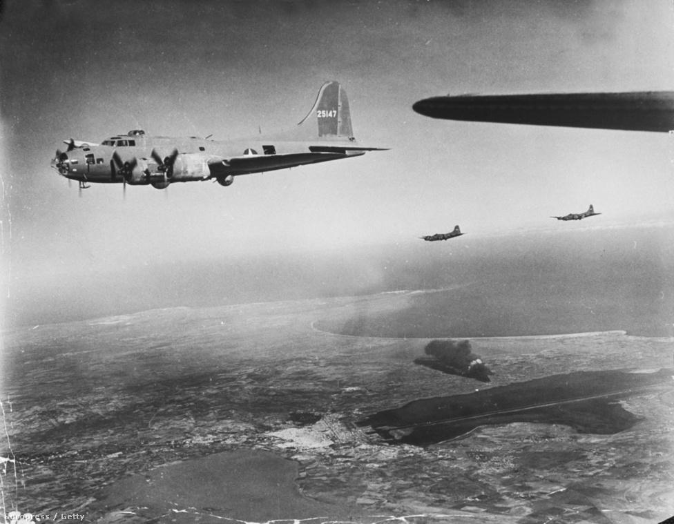 És a bombázás vége: az amerikai bombázó a célterület fölé ért, a fekete füst mutatja a találat helyét.