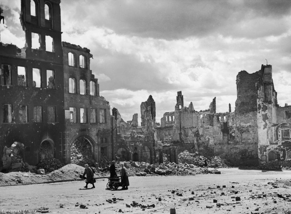 Három háziasszony Berlin szétbombázott központjában.