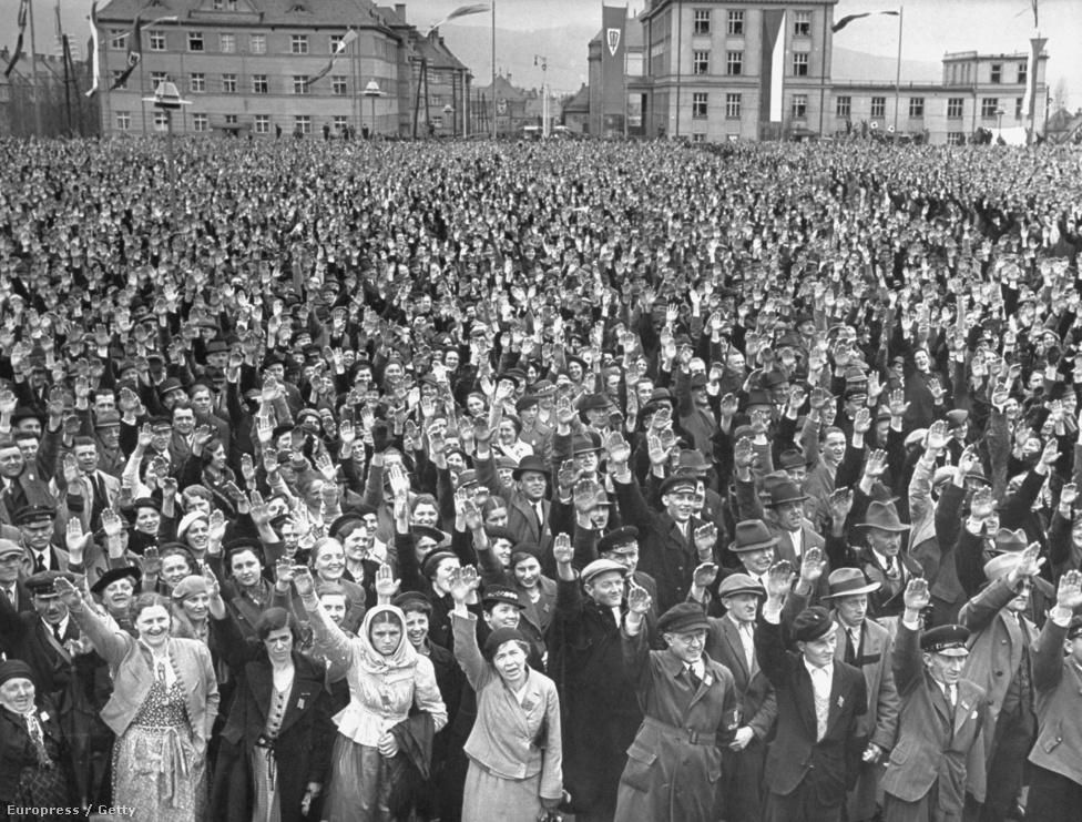 """40 ezer szudétanémet náci karlendítéssel  köszönti a cseh Konrad Henlein beszédét. 1939-ben Bourke-White egy egész könyvet írt a náci megszállás előtti Csehszlovákiáról A Dunától Északra címmel. A válság hatására kezdett komolyan politizálni, a fotó szerepét elvitathatatlannak tartotta a demokrácia megőrzésében. """"Az embereknek tudniuk kell, hogy mi történik körülöttük, és a fotó megmutatja nekik. Úgy hiszem, a fasizmus sem tudott volna előretörni Európában, ha sajtószabadság lett volna, és az embereket rendesen tájékoztatták volna a hamis ígéretek helyett."""""""