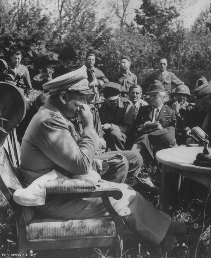 Hermann Göring a második világháború végén megadta magát az amerikaiaknak, majd egy titkos amerikai táborba vitték kihallgatásra. A képen  50 háborús tudósító faggatja egy kertben, ő pedig izzadó arcát törölgeti.