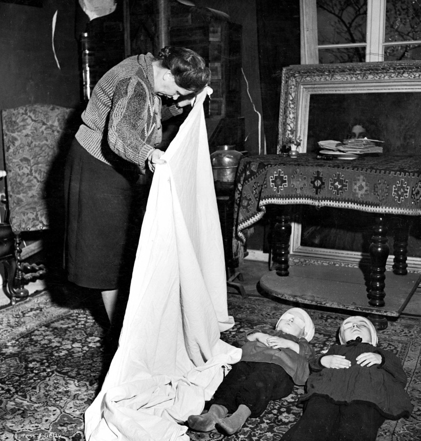 Egy német nő megölte két gyerekét, majd végzett magával is, amikor megtudta, hogy férje életét vesztette a városvédő harcokban.  A holttesteket egy lepedővel takarták le. A háborús tudósításai során szerzett megrázó élményeit Bourke-White önálló könyvben dolgozta fel, címe: Drága szülőföld, nyugodj békében!