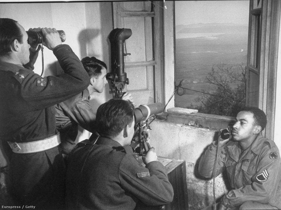 Ugyanez a felállás britekkel: három angol katona távcsővel figyeli a célpontot, közben társuk telefonon tartja a kapcsolatot a támaszponttal.