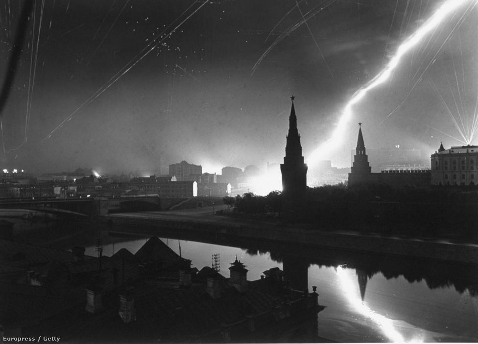 Margaret Bourke-White volt az első nyugati újságíró, aki eljutott a Szovjetunióba, író férjével 1941-ben érkeztek, így ő volt az egyetlen külföldi fotós Moszkvában a német csapatok támadása idején. A nagykövetség épületéből fotózta az eseményeket: a képen a Vörös tér bombázása látható.
