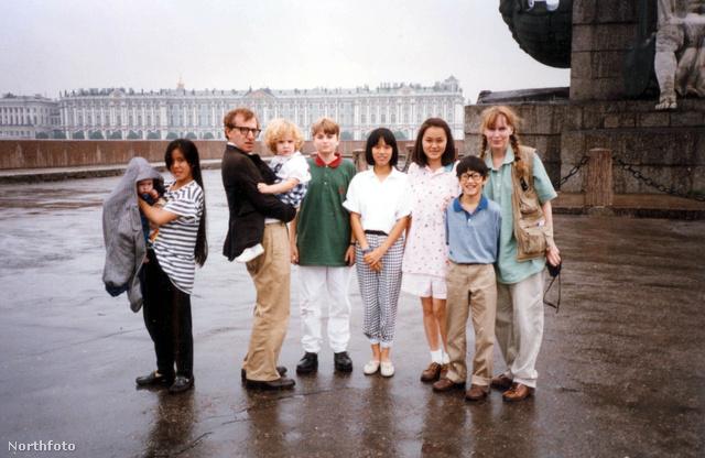 Woody Allen és családja: Dylan a rendező karjában, Moses jobbról a második Mia Farrow mellett.