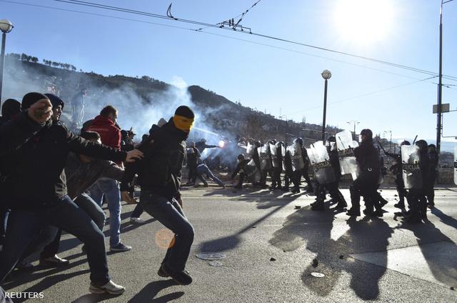 Tüntetők és rohamrendőrök összecsapása ma délután Szarajevóban
