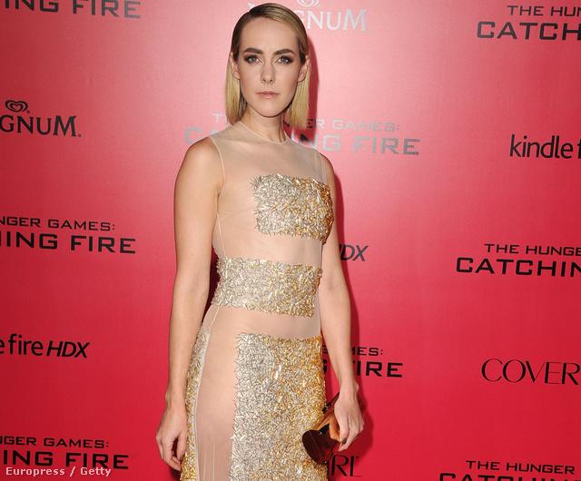 Az első hasonló ruhát Jena Malone viselte Az éhezők viadala újabb részének premierjén november 18-án