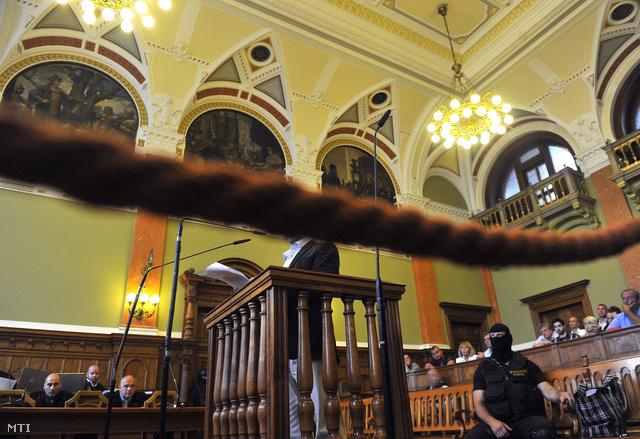 P. Tamás elsőrendű vádlott felolvassa vallomását a Prisztás-gyilkosság tárgyalásán a Fővárosi Törvényszéken 2013. május 17-én.