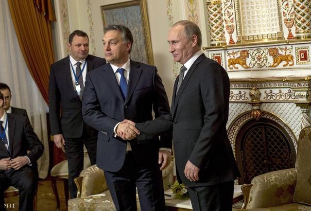 Vlagyimir Putyin orosz államfő fogadja a hivatalos moszkvai munkalátogatáson tartózkodó Orbán Viktor miniszterelnököt a Moszkva környéki novo-ogarjovói rezidenciáján 2014. január 14-én.