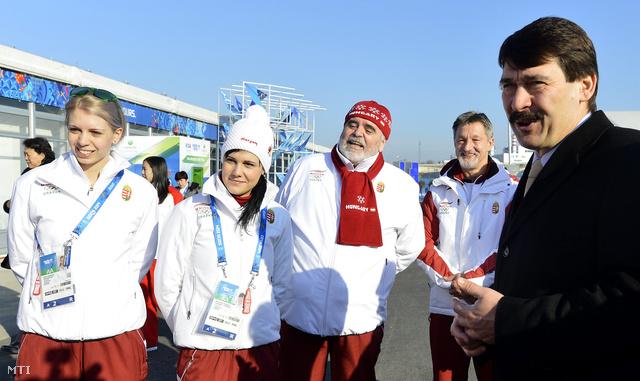Áder János köztársasági elnök, Darázs Rózsa és Heidum Bernadett gyorskorcsolyázók, Darázs István szakágvezető és Balogh Péter vezető csapatorvos az olimpiai faluban Szocsiban 2014. február 8-án.