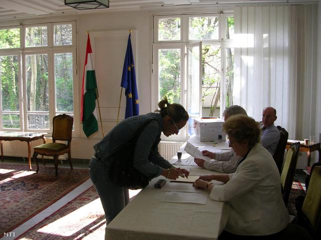 Egy nő szavaz Magyarország párizsi nagykövetségén a 2010-es országgyűlési választás második fordulójában.