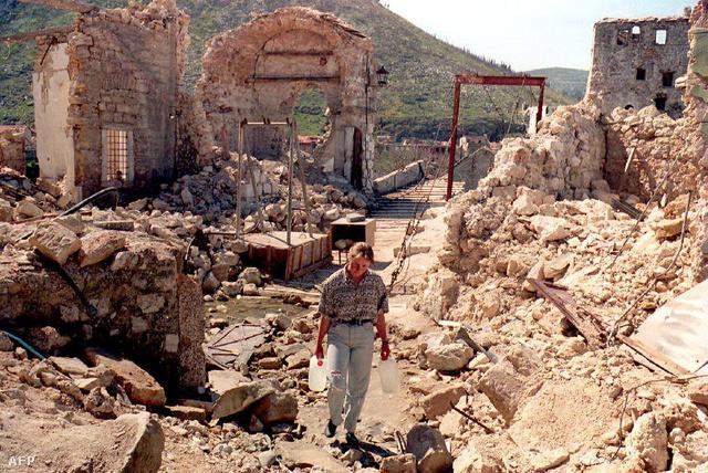 Lány a mostari híd romjainál 1994-ben
