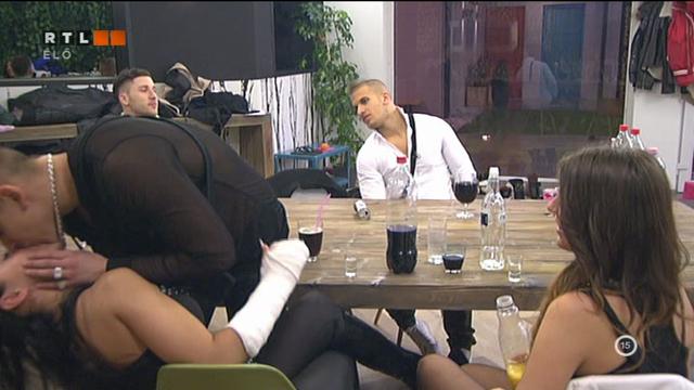 Aurelio Teóval smárol, Iza ül, Józsi pedig kemény.