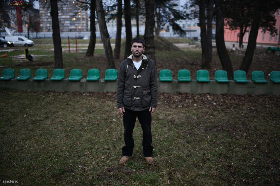 """Dzinen Sahovic (25), politológiát és szociológiát tanult. """"Elegem van a kormányból, két éve fejeztem be az egyetemet és esélyem sincs arra, hogy rendes munkám legyen"""" - mondta felháborodottan a fiú, aki alkalmi munkákból tartja el magát, legutóbb egy butikban volt eladó."""