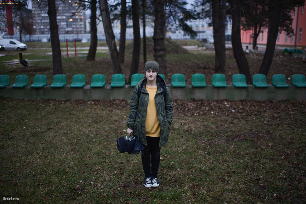 """Alma Huremovic (19), építészetet tanul. """"A szüleim rossz anyagi helyzetben vannak, vidékről jöttem és alig tud eltartani a családom, ezért tüntetek."""" Bosznia-Heregovina egyetemein most van a vizsgaidőszak, de a diákok ennek ellenére a tiltakozások gerincét képzik, a szerda esti fórumot is az egyetemi kampuszra hívták össze."""