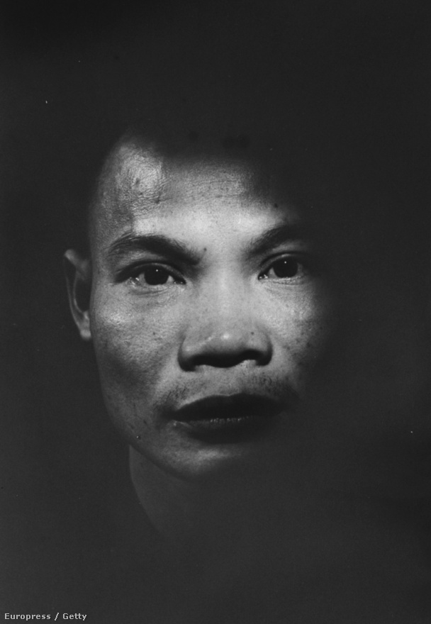 A rettegett vietkong terrorista, Nguyen Van Sam arcképe, akit a Saigoni rendőrség fogott el, miután több robbantást hajtott végre a város körül. Rentmeester 1968-ban Saigonban megsebesült: egy vietkong mesterlövész találta el, a gépe is tönkrement, ekkor tért vissza az államokba.