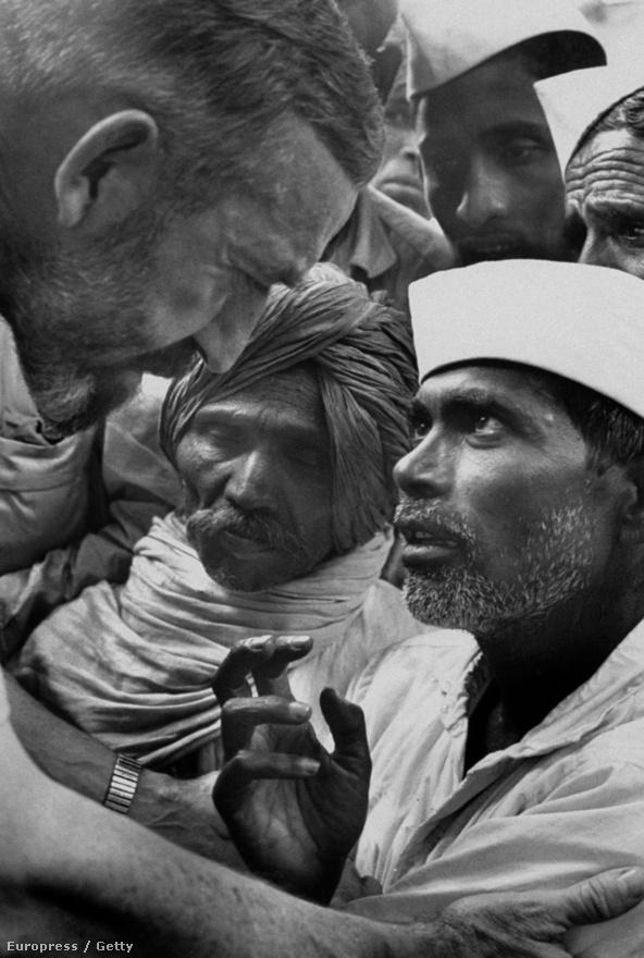 Vincent Ferrer 1968-ban Csendes forradalom címen írt egy cikket India legnépszerűbb lapjába. Az indiai hatóságok szerint az írás fenyegetést jelentett a politikájukra, ezért kiutasították, csak Indira Ghandi jóváhagyásával térhetett vissza, hogy folytassa a szegénység elleni küzdelmét.