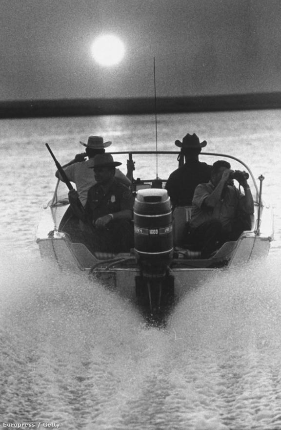A cseles csempészek nem csak szárazföldön közelítettek, az egyik kedvelt belépési pontjuk a Falcon Lake volt, a felfegyverzett őrök motorcsónakkal mentek a fogadásukra.