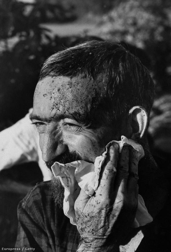 Az atya együtt dolgozott a földművesekkel, egy kemény nap után törli az arcát.