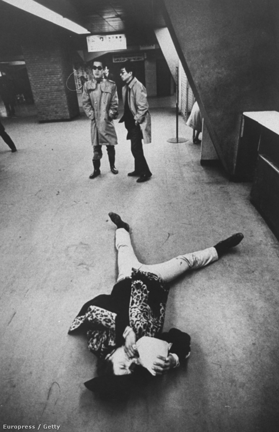 Japán, 1969. Rentmeester itt is megtalálta témáját: japán hippiket fotózott, énekelve, táncolva, a földön fetrengve ragasztózva.