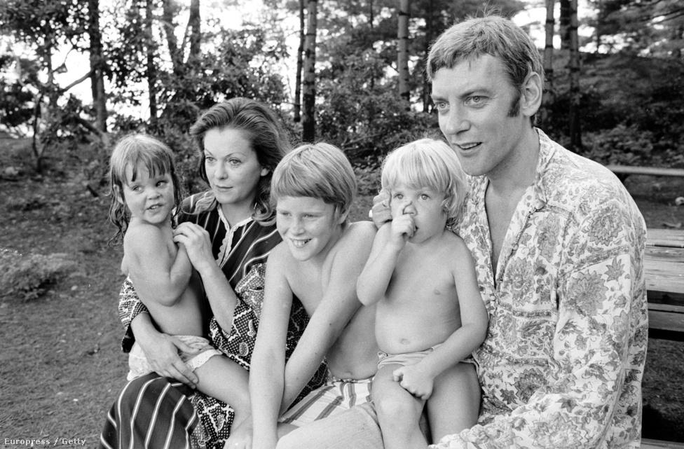 Donald Sutherland felesége ekkoriban egy kanadai színésznő, Shirley Douglas volt. A képen Donald ölében Kiefer Sutherland látható, az anya öleli ikertestvérét, Rachelt. Középen Tom Douglas, Shirley előző házasságából származó fia, akit férje adoptált. Sajnos a kép készülte után nem sokkal elváltak, és a család felbomlott.