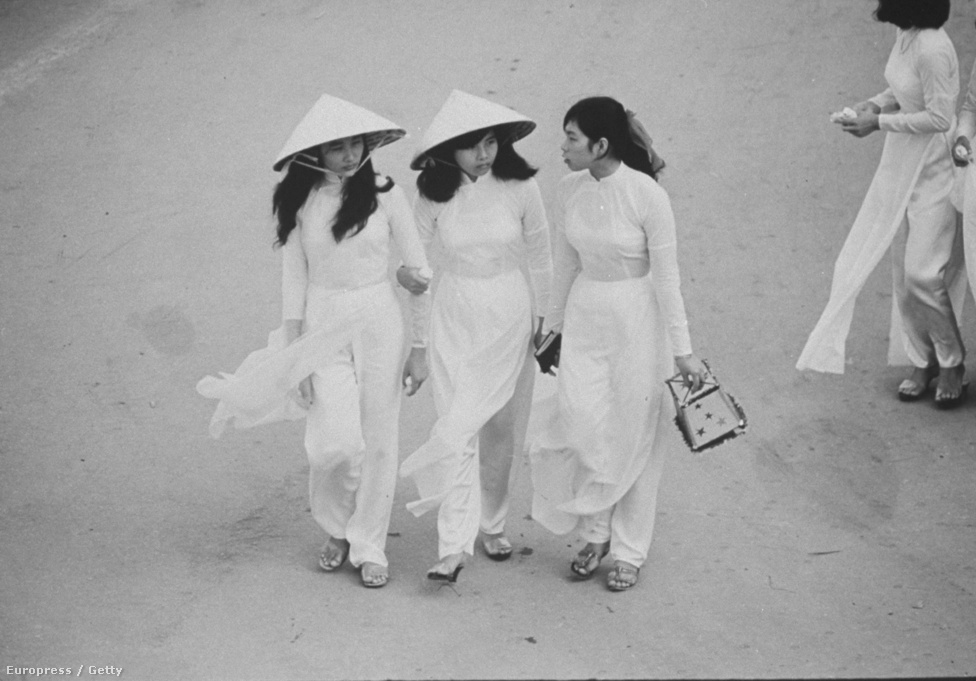 Vietnami önkéntesek vonulnak fel 1966-ban.