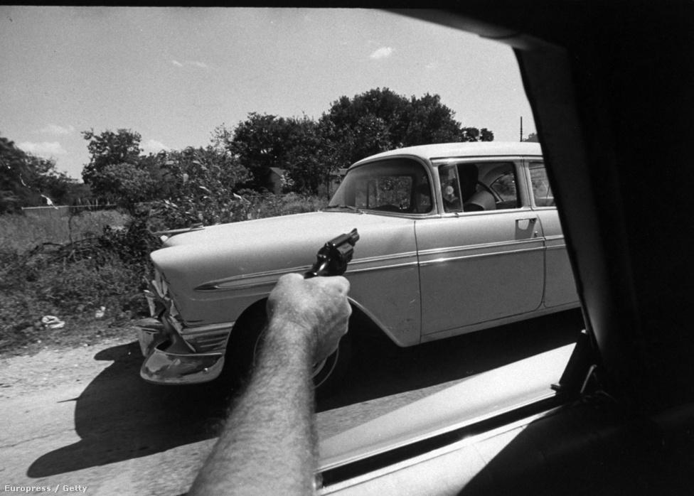 """1969-ben a Life címlapján szerepelt a rettegett szó: marijuana. """"12 millió amerikai már kipróbálta. Túl szigorúak a büntetések? Inkább legalizálni kellene?"""" A kérdéseket a magazin címlapja tette fel, tízoldalas riportban tárták fel a válaszokat. Az Amerikába frissiben visszatért Co Rentmeester fotósorozata illusztrálta a cikket, képén egy különleges ügynök fegyvert fog egy gyanúsítottra - az autó csomagtartója tele volt marijuanával."""
